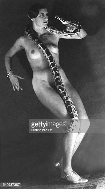 Eine nackte Schlangentänzerin mit Schlange bei einem Auftritt1939Foto Willi Essig