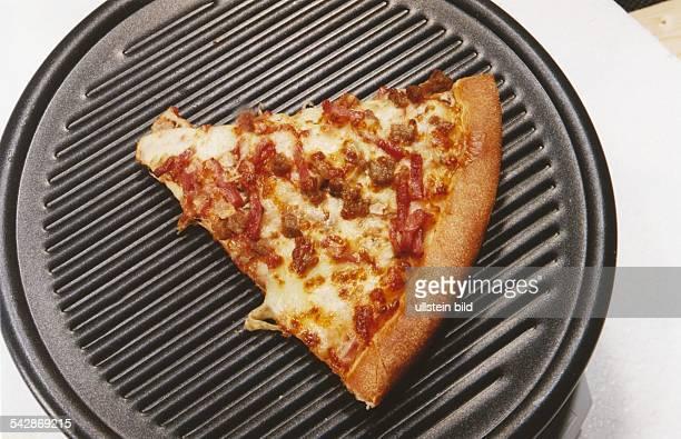 Eine Pfannenpizza mit Namen 'Pizza Europa' von 'PizzaHut' dicker Teig belegt mit Schinken Hackfleisch Champignons Tomatensauce und Mozzarella auf...