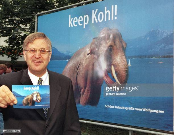 Eine Postkarte mit dem gleichen Motiv wie das gerade vorgestellte Großflächenplakat hält CDUGeneralsekretär Peter Hintze am 1571998 in Bonn in die...