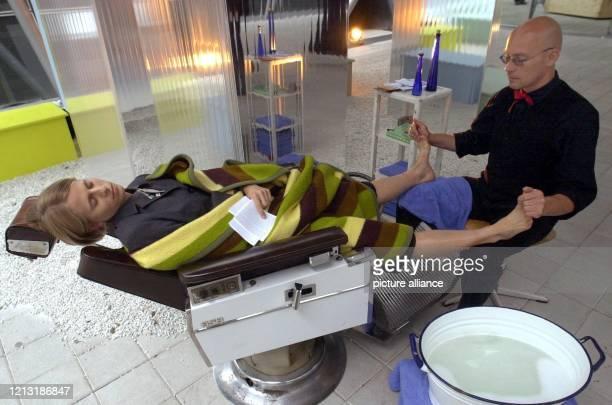 """Eine """"rituelle Fußwaschung"""" mit anschließender Massage bereitet ein Mann mit dem Künstlernamen """"delta Rai"""" am 9.7.2000 im Innenhof des Deutschen..."""
