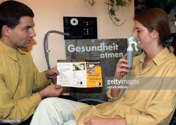 """Eine """"Sauerstoffdusche"""" nimmt Nicole Kaupp am 19. November 1998 in der """"Sauerstoff-Oase"""" in Langenhagen bei Hannover. Das 20 Minuten dauernde..."""