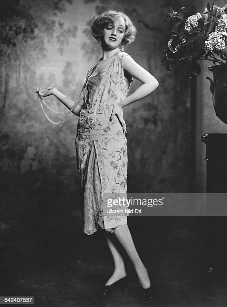 Eine Schaufensterpuppe aus Wachs mit eleganter Kleidung von Karl Schenker 1925Foto Atelier Karl Schenker