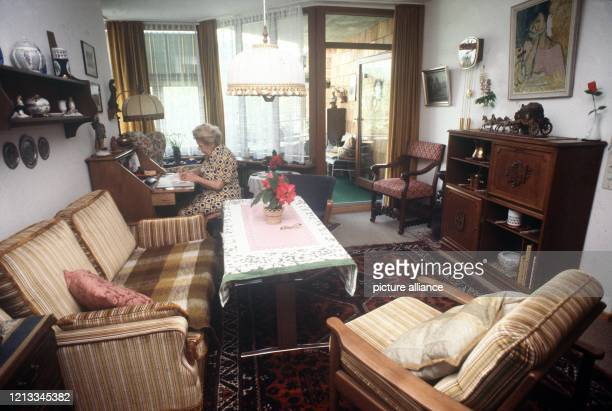 Eine Seniorin in ihrem Einzelappartement Die meisten Senioren leben in Einzelappartements die sich jeder nach seinem Geschmack mit eigenen Möbeln...