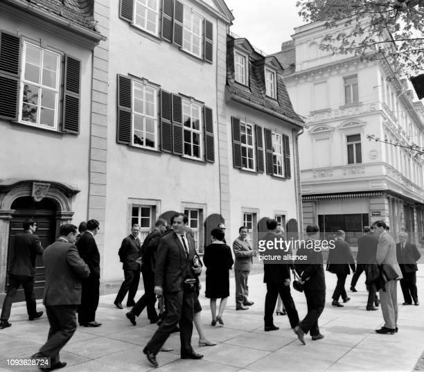 Eine sowjetische Delegation besucht gemeinsam mit Mitarbeitern der Universität Jena am das ehemalige Wohnhaus von Friedrich Schiller in Weimar Foto...