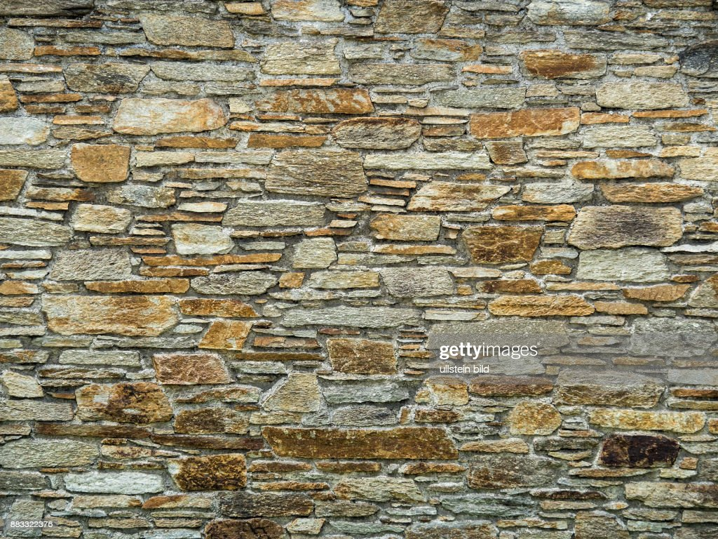 Eine Steinmauer Schutzt Vor Blicken In Einem Garten News Photo
