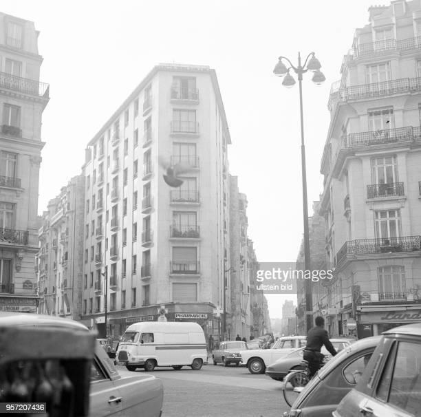 Eine Straßenkreuzung mit Geschäften im Pariser Stadtteil Montmartre aufgenommen im November 1970 in Paris In Montmartre lebten viele Künstler...