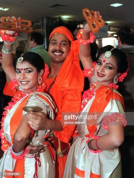 Eine Tanzgruppe aus Bangladesh wirbt mit traditionellen Stücken am 1031996 auf der 30 Internationalen TourismusBörse in Berlin für einen Urlaub in...