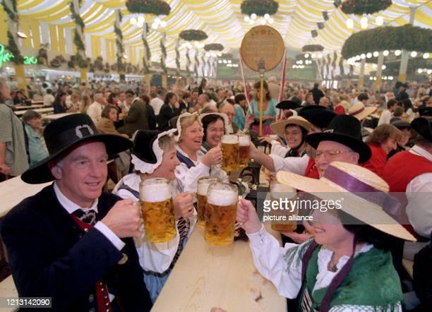 Eine Trachtengruppe aus Bad Cannstatt prostet sich am 2591999 bei der Eröffnung des Cannstatter Wasens mit dem ersten VolksfestBier zu Der Liter...
