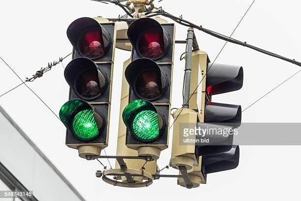 Eine Verkehrsampel mit grünem Licht Symbolfoto für freie Fahrt Konjunktur und Erfolg