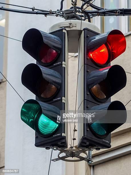 Eine Verkehrsampel mit rotem und grünem Licht an einer Kreuzung