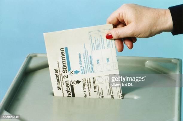 Eine weibliche Hand steckt ihren Stimmzettel in eine Wahlurne Es handelt sich um die Wahl zum Deutschen Bundestag Wahlkreis 63 Bonn Auf dem...