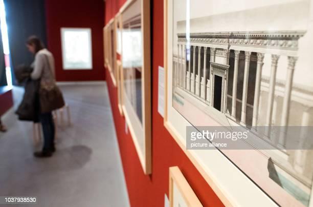 Eine Zeichnung des BelTempels des französischen Künstlers Louis François Cassas hängt am in der Sonderausstellung «Palmyra Was bleibt Syriens...