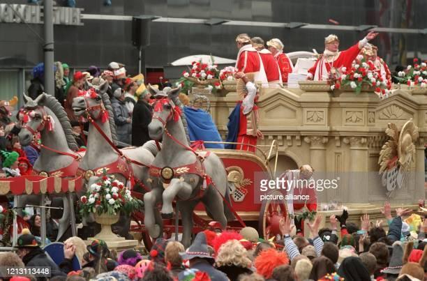 Einem römischen Streitwagen ist dieser Motivwagen nachempfunden, der sich am 6.3.2000 während des Rosenmontagszugs seinen Weg durch die mit Jecken...