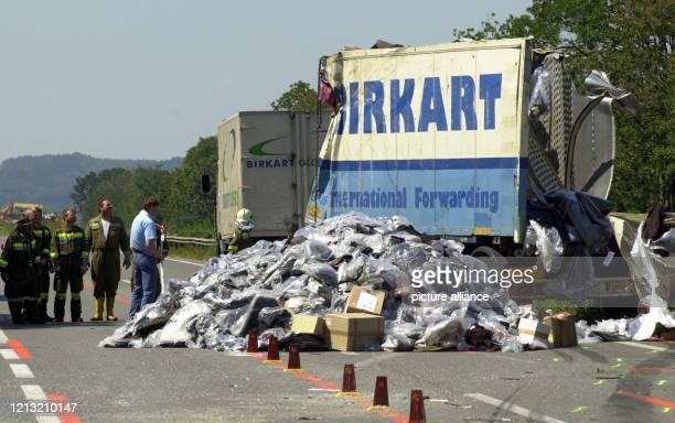 Einem Trümmerfeld gleicht die niederösterreichische Autobahn A1 am bei Melk. Bei dem schweren Verkehrsunfall sind in Österreich acht deutsche...