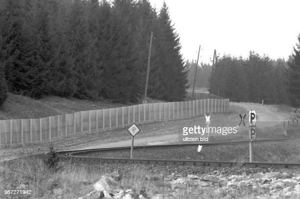 Einen engen Bogen schlagen die Schienen der Brockenbahn im Harz kurz vor dem Metallgitterzaun der DDRGrenzanlage der innerdeutschen Grenze...