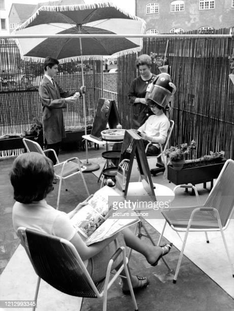 Einen Freiluftfrisiersalon hat der Ulmer Innungsobermeister Franz Lang auf der Terrasse seines Ladens in Betrieb genommmen Beinahe wie im Urlaub...