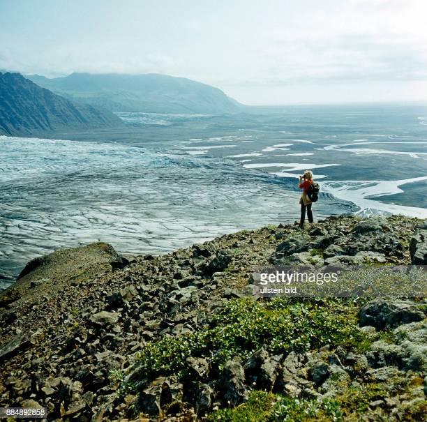 Einen maechtigen Gletscherstroem von tiefen Spalten und Rissen zerklueftet schickt der Riesengletscher Vatnajoekull im Nationalpark Skaftafell in...