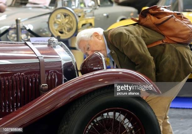 Einen Oldtimer schaut sich am ein Fachbesucher auf der Messe Techno Classica in Essen an Auf der größten Messe für Oldtimer zeigen vom 10 bis 14...