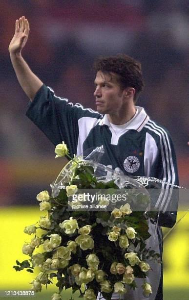 Einen riesigen Strauß gelber Rosen für Lothar Matthäus Der 38jährige Abwehrspieler vom FC Bayern München absolviert am 2322000 in der AmsterdamArena...