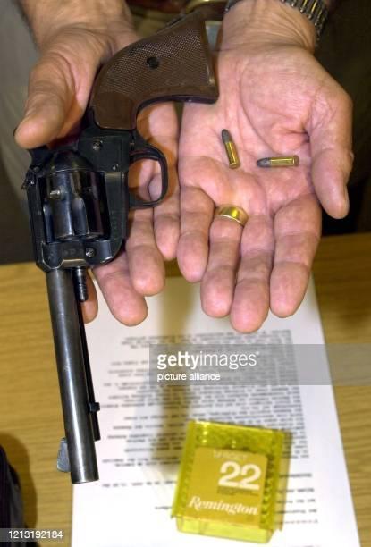 Einen sechsschüssigen Revolver Tatwaffe bei einem Familiendrama in WiethmarschenLohne bei Nordhorn zeigt ein Beamter der Mordkommission am 2662000 in...