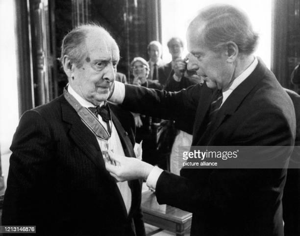 Einen Tag nach seinem ersten Konzert in Hamburg seit 60 Jahren wird der Pianist Vladimir Horowitz am 1251986 mit dem Großen Bundesverdienstkreuz mit...