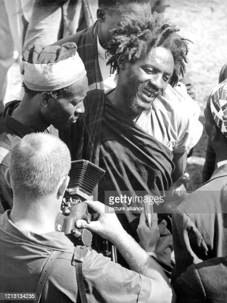 Einer der berüchtigsten MauMau Führer General China stellt sich während der Rede freundlich lächelnd den Fotografen Kenias Ministerpräsident Jomo...
