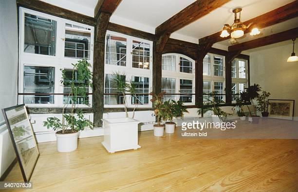Einer der Räume des Gebäudes Große Bäckerstraße 10 in der Hamburger Innenstadt Auf dem Holzfußboden stehen vor den Fenstern Planzen in weißen...