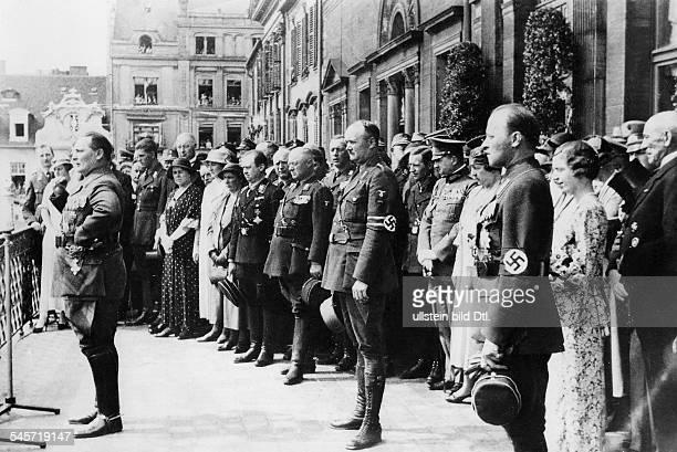 Einführung des neuen Oberpräsidenten der Provinz HessenNassau Prinz Philipp von Hessen Hermann Göring spricht vom Balkon des Roten Palais am...
