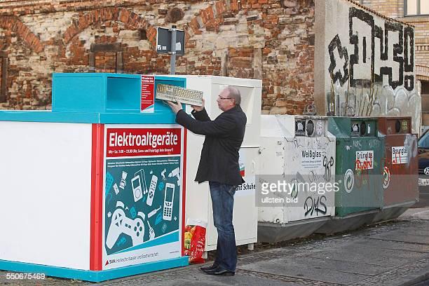 Einführung von Containern für Elektroaltgeräte in Halle / Saale durch die HWS Foto Container RobertFranzRing im Foto Leiter Behälter Service HWS...