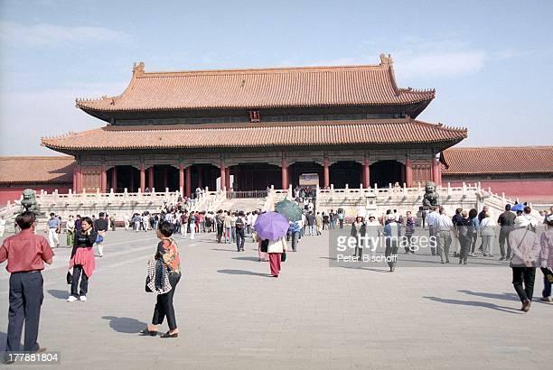 Eingang in die Verbotene Stadt Beijing Peking Hauptstadt von China Asien Reise Kultur Gebäude Architektur Kaiserpalast Einheimische Touristen...