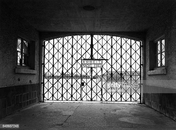 Eingang zum ehemaligen KonzentrationslagerDachau mit der Parole 'Arbeit macht frei' 1985