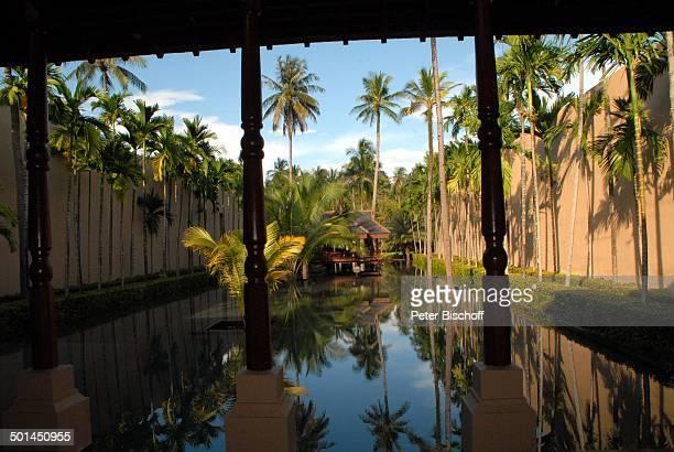 """Eingangsbereich mit Blick auf Künstlich angelegten See mit Aussen-Rezeption 5-Sterne-Luxushotel """"Four Seasons Resort"""", Insel Langkawi, Malaysia,..."""