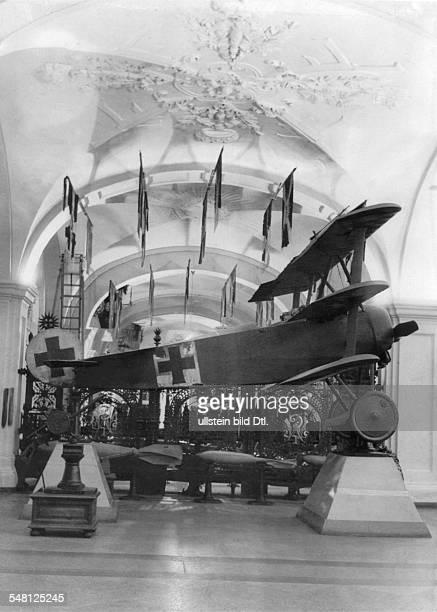 Eingangshalle vorne ein Ausstellungsexponat Fokker Dreidecker eines der von Rittmeister Manfred von Richthofen im Ersten Weltkrieg geflogenen...