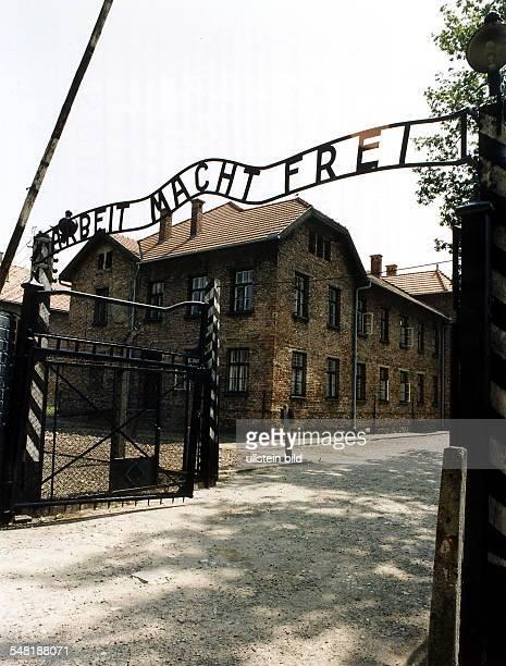 Eingangslager zum Stammlager Auschwitz I mit der Parole 'Arbeit macht frei' August 1999