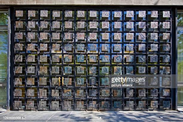 Eingangstür der Berliner Stadtbibliothek in der Breite Straße in BerlinMitte mit dem sogenannten 'ATeppich' aufgenommen am 010m Jahr 1965 Geschaffen...