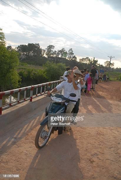 Einheimische auf Motorraqd überqueren KeBrücke über Fluß Can gestiftet von MLM a r j a n mit 10000 US DollarSpende von ihrem Gewinn von J ö r g P i l...