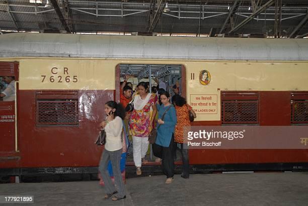 Einheimische Bahnhof von Mumbai/Bombay Maharashtra Indien Asien Innenansicht Bahnsteig Lock Wagon Reise