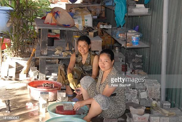 Einheimische Frau SteinschnitzerZentrum Kids Stone PlanHilfsprojekt für Straßenkinder Besuch P A T E N K I N D von ML M a r j a n Hanoi Vietnam Asien...