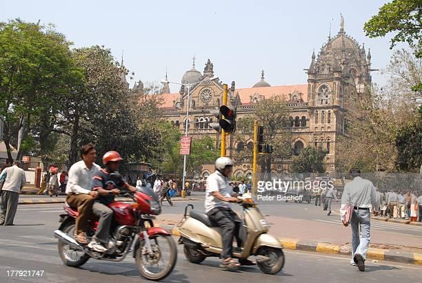 Einheimische Hauptbahnhof Central Railway von Mumbai/Bombay Bundesstaat Maharashtra Indien Asien StadtMitte Außenansicht Auto MofaFahrer Roller...