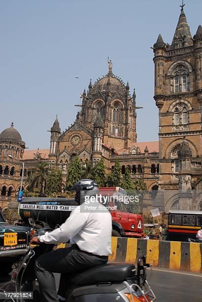Einheimische Hauptbahnhof 'Central Railway' von Mumbai/Bombay Bundesstaat Maharashtra StadtMitte Indien Asien Außenansicht Abgrenzung Mofa...