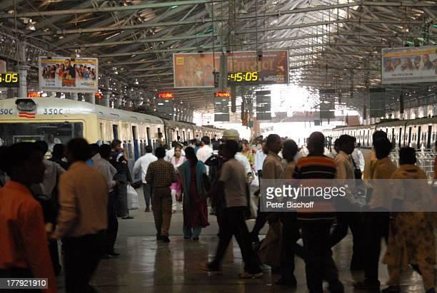 Einheimische Hauptbahnhof Central Railway von Mumbai/Bombay Bundesstaat Maharashtra Indien Asien Innenansicht Bahnsteig Lock Wagon Werbung Logo Reise