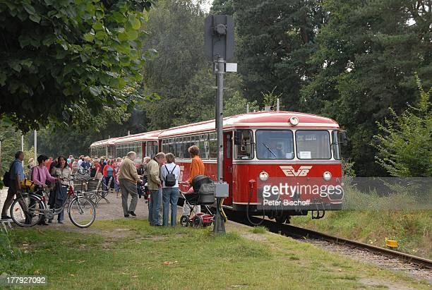 Einheimische Touristen Moorexpress Worpsweder Bahnhof Worpswede Teufelsmoor Niedersachsen Deutschland Europa Künstlerkolonie Künstlerdorf Zug Express...