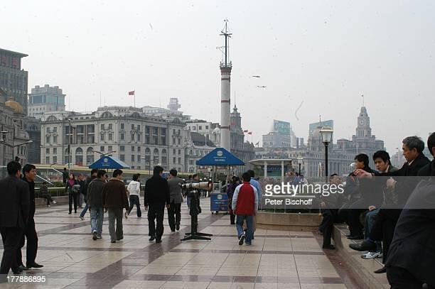 Einheimische Touristen Uferstraße Promenade Prachstraße Bund Stadtteil Puxi Shanghai China Asien Bauwerk Architektur Reise
