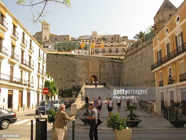Einheimische und Touristen Blick auf Kathedrale IbizaStadt Insel Ibiza Balearen Spanien Europa Kirche Reise AS DIG PNr 663/2010 Foto PBischoff...