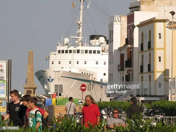 """Einheimische und Touristen, Blick auf Kreuzfahrtschiff MS """"Kristina Regina"""" von Reederei """"Kristina Cruise"""", Ibiza Hafen, Ibiza-Stadt, Balearen,..."""