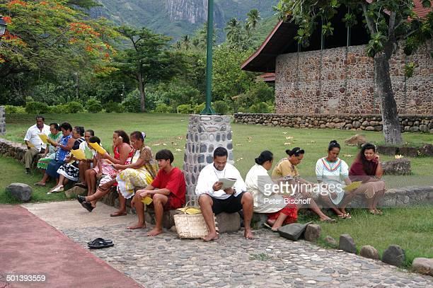 Einheimische vor Kirche Nuku¿Hiva MarquesasInseln Südsee Reise BB DIG PNr 167/2005
