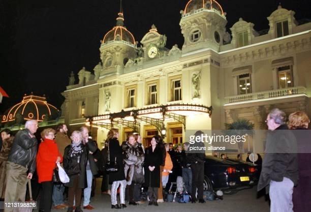 Einige Dutzend Schaulustige warten am 23.1.1998 vor dem historischen Casino von Monaco auf das vermeintliche Eintreffen der Hochzeitsgesellschaft von...