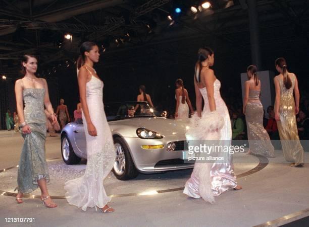 """Einige Fotomodelle umrunden am Abend des 30.3.2000 bei dem so genannten """"Frühlingsevent"""" der Bayerischen Motoren Werke AG in der Halle 23 des Alten..."""