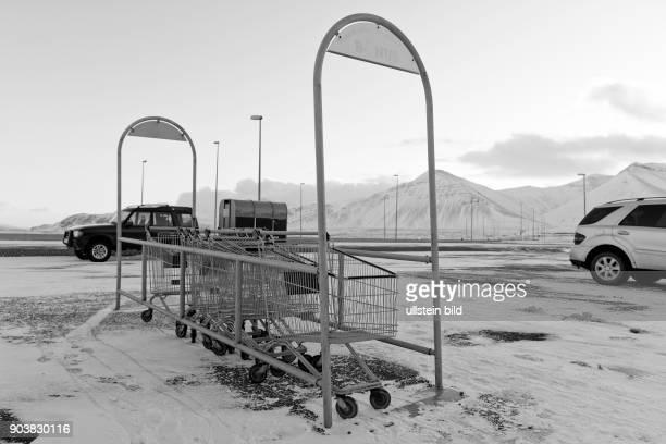 Einkaufwagen stehen vor einem Superparkt am Borgarfjördur nahe der Stadt Borgarnes in Island