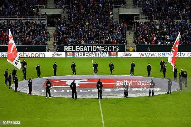 Einlaufszenario mit Animation des Mittelkreises durch 24 Helfer und zwei Schwenkfahnen mit dem Branding und Logo der Bundesliga vor dem...